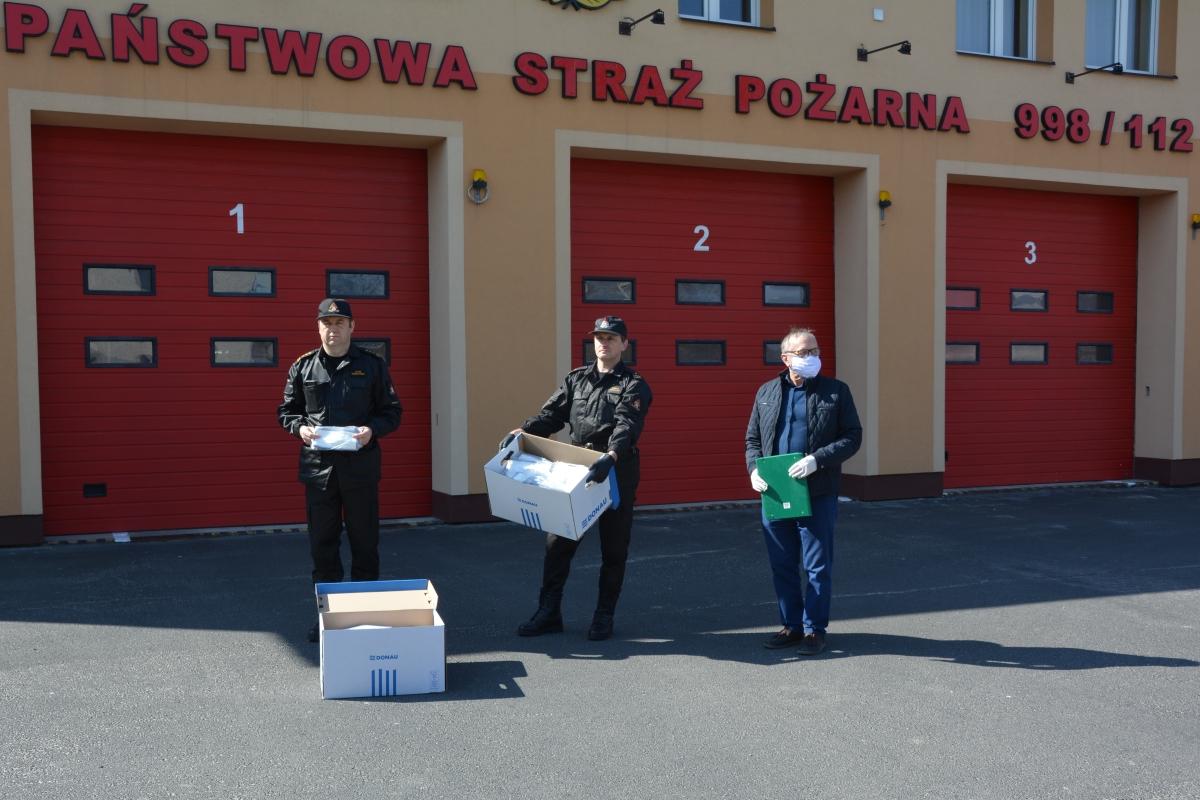 maski1 Zamojscy strażacy wyposażeni w maseczki. Otrzymali je od lokalnych przedsiębiorców