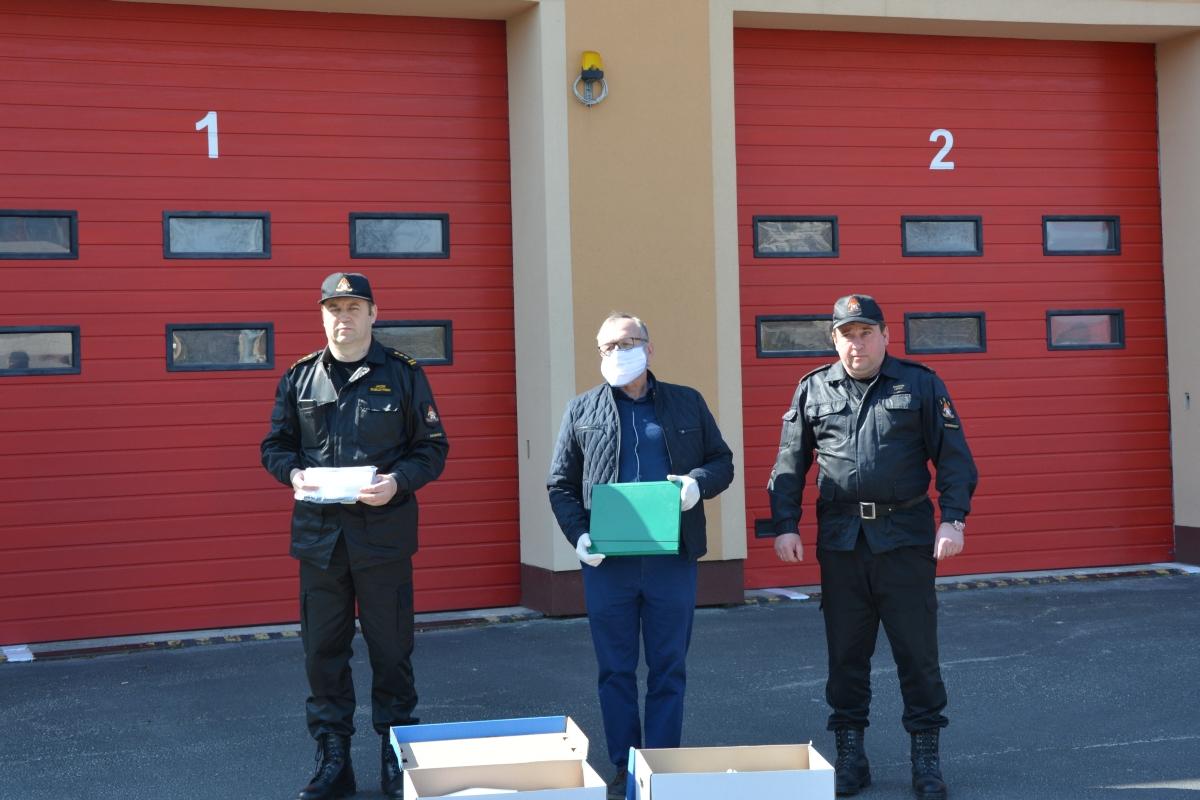 maski2 Zamojscy strażacy wyposażeni w maseczki. Otrzymali je od lokalnych przedsiębiorców