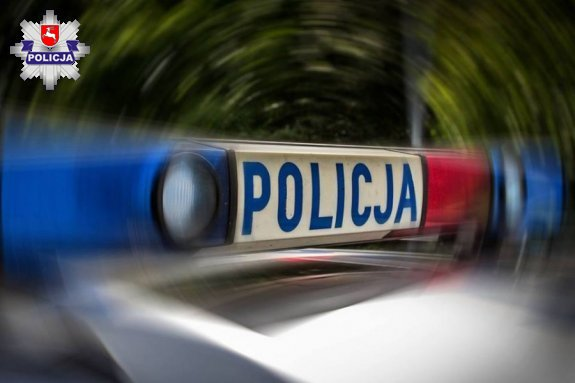 68 167614 Policjanci i strażacy wyważyli drzwi i pomogli 78 – latce