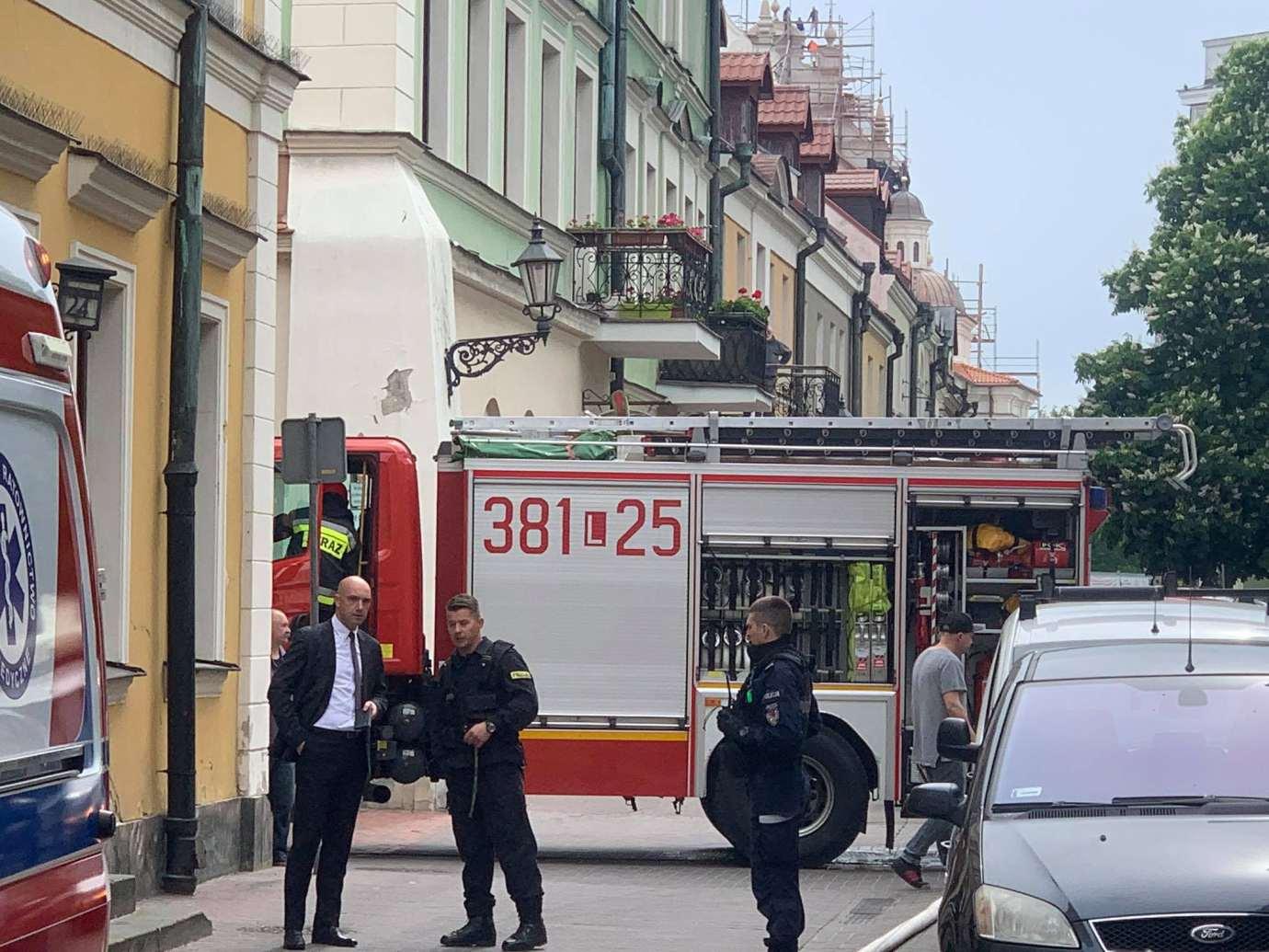 101626981 676963479703672 3078561033682419712 n Zamość: Pożar przy ul. Żeromskiego. Policjant ewakuował mężczyznę z zadymionego mieszkania