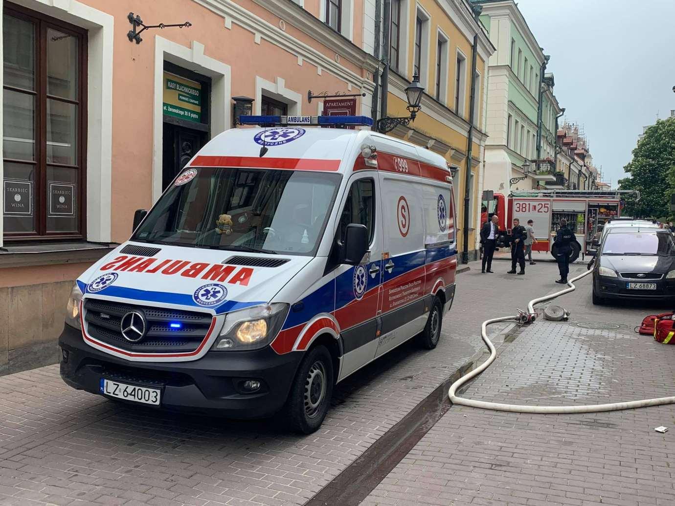 101741824 3015708568522553 3234073540248469504 n Zamość: Pożar przy ul. Żeromskiego. Policjant ewakuował mężczyznę z zadymionego mieszkania