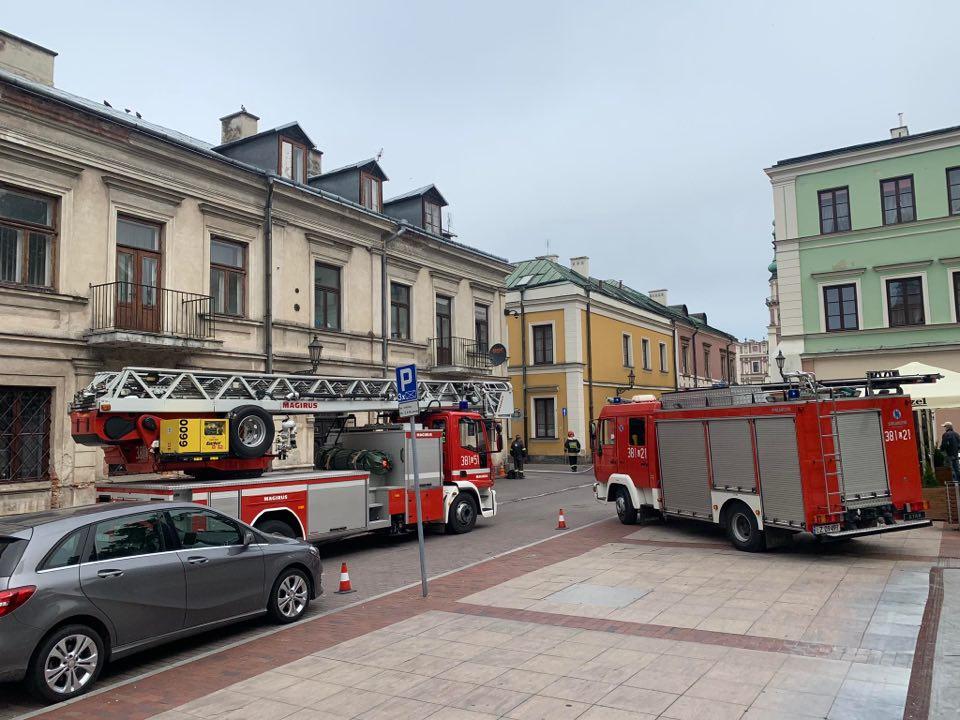 101809669 570225693870421 3513016019557810176 n Zamość: Pożar przy ul. Żeromskiego. Policjant ewakuował mężczyznę z zadymionego mieszkania