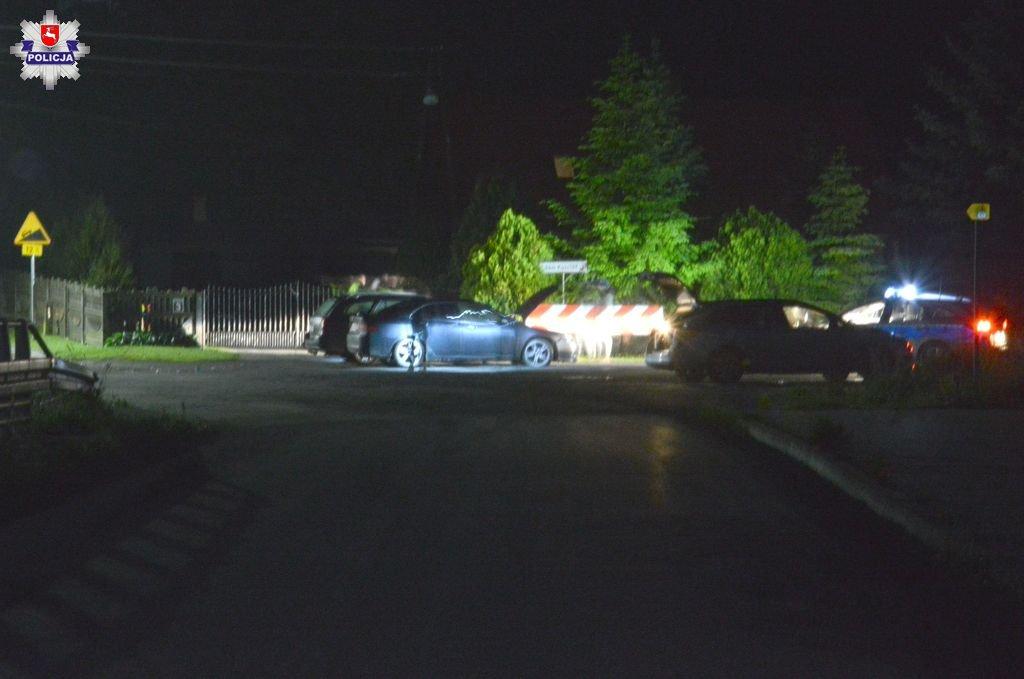 68 168518 21 - latek przesadził z prędkością na łuku drogi. Zderzył się z innym autem