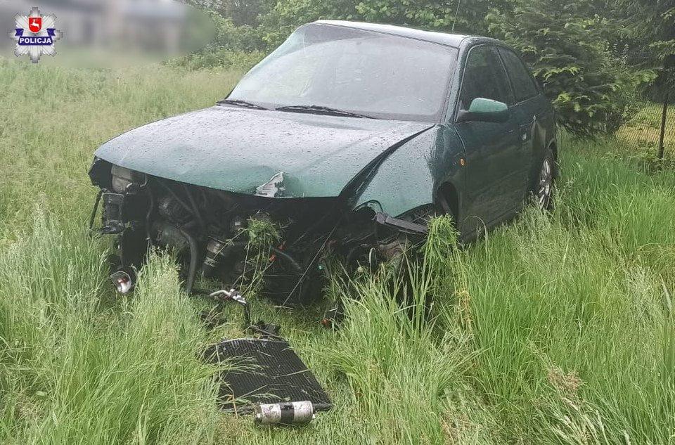 68 168836 Rozbity samochód, uszkodzone ogrodzenie