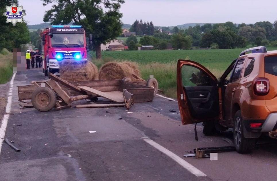 68 168959 Wóz z sianem odczepił się od ciągnika i uderzył w jadący samochód.