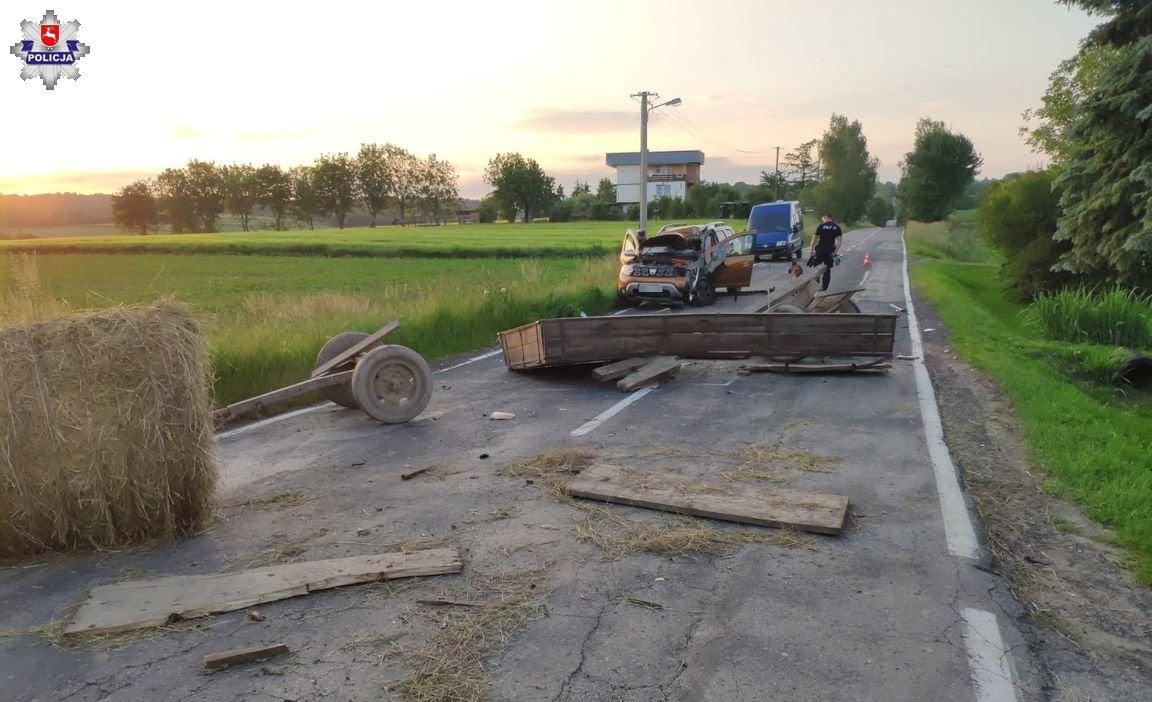 68 168960 Wóz z sianem odczepił się od ciągnika i uderzył w jadący samochód.