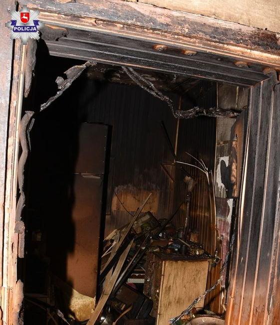 68 169014 Zamość: Policjanci uratowali mężczyznę z płonącego mieszkania