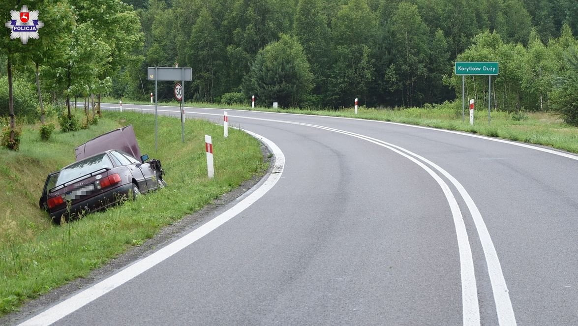68 169441 Audi wpadło do rowu. Dwie pasażerki w szpitalu