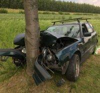 68 169683 m BMW wylądowało na drzewie. W aucie było 3 - letnie dziecko