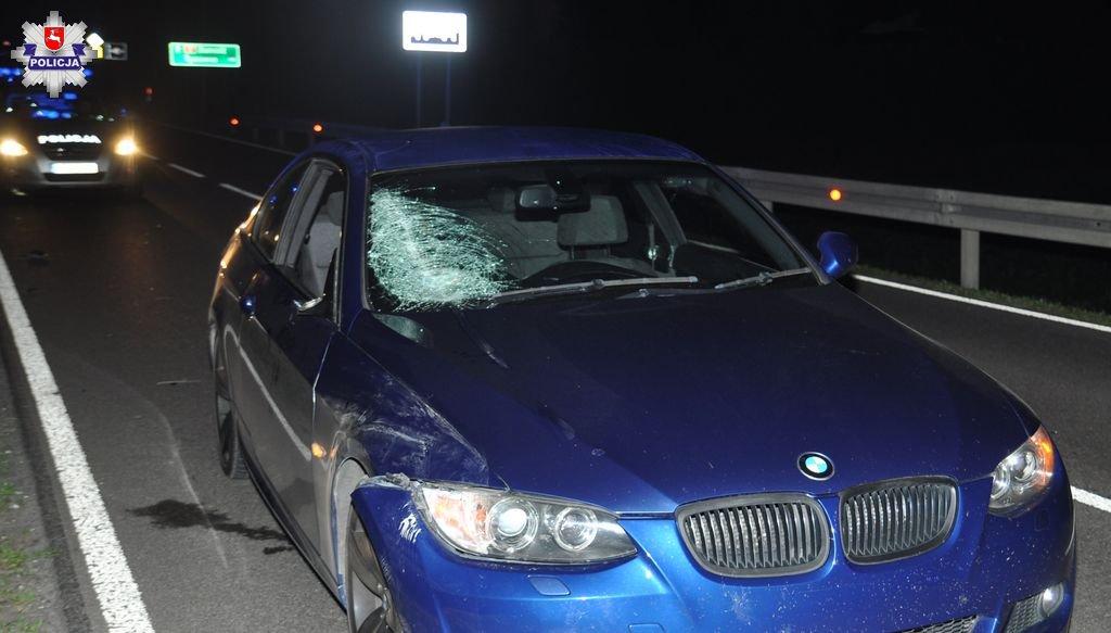 68 169703 1 Pijany i bez odblasków szedł ruchliwą drogą. Potrącił go kierowca BMW (ZDJĘCIA)