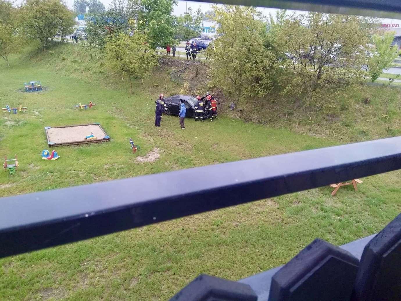 img 9248 Zamość: Mogło dojść do tragedii! Samochód wypadł z drogi i wpadł na teren placu zabaw.