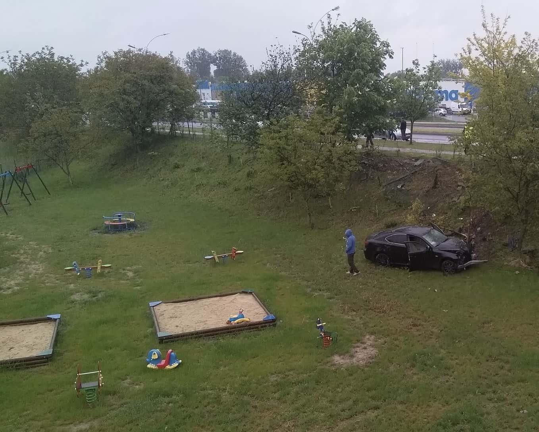 img 9249 Zamość: Mogło dojść do tragedii! Samochód wypadł z drogi i wpadł na teren placu zabaw.