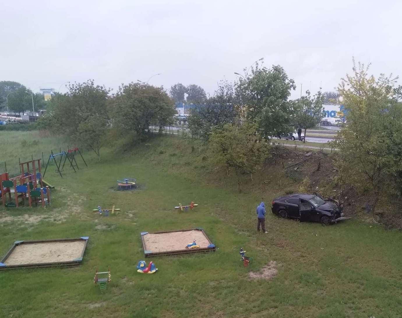 img 9250 Zamość: Mogło dojść do tragedii! Samochód wypadł z drogi i wpadł na teren placu zabaw.