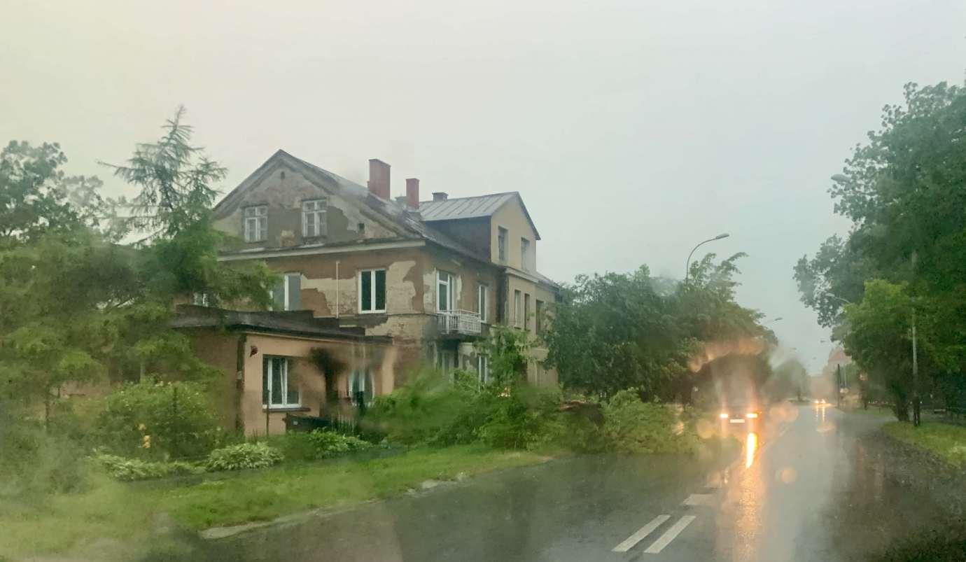 img 9502 3 uszkodzone auta na Królowej Jadwigi, powalone drzewa. Kolejne zdjęcia i FILM