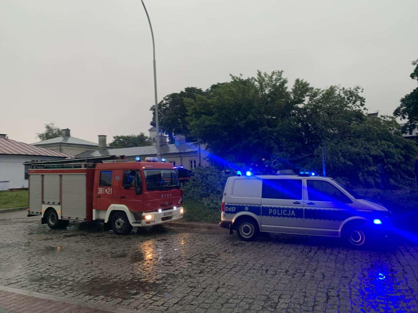 img 9528 3 uszkodzone auta na Królowej Jadwigi, powalone drzewa. Kolejne zdjęcia i FILM