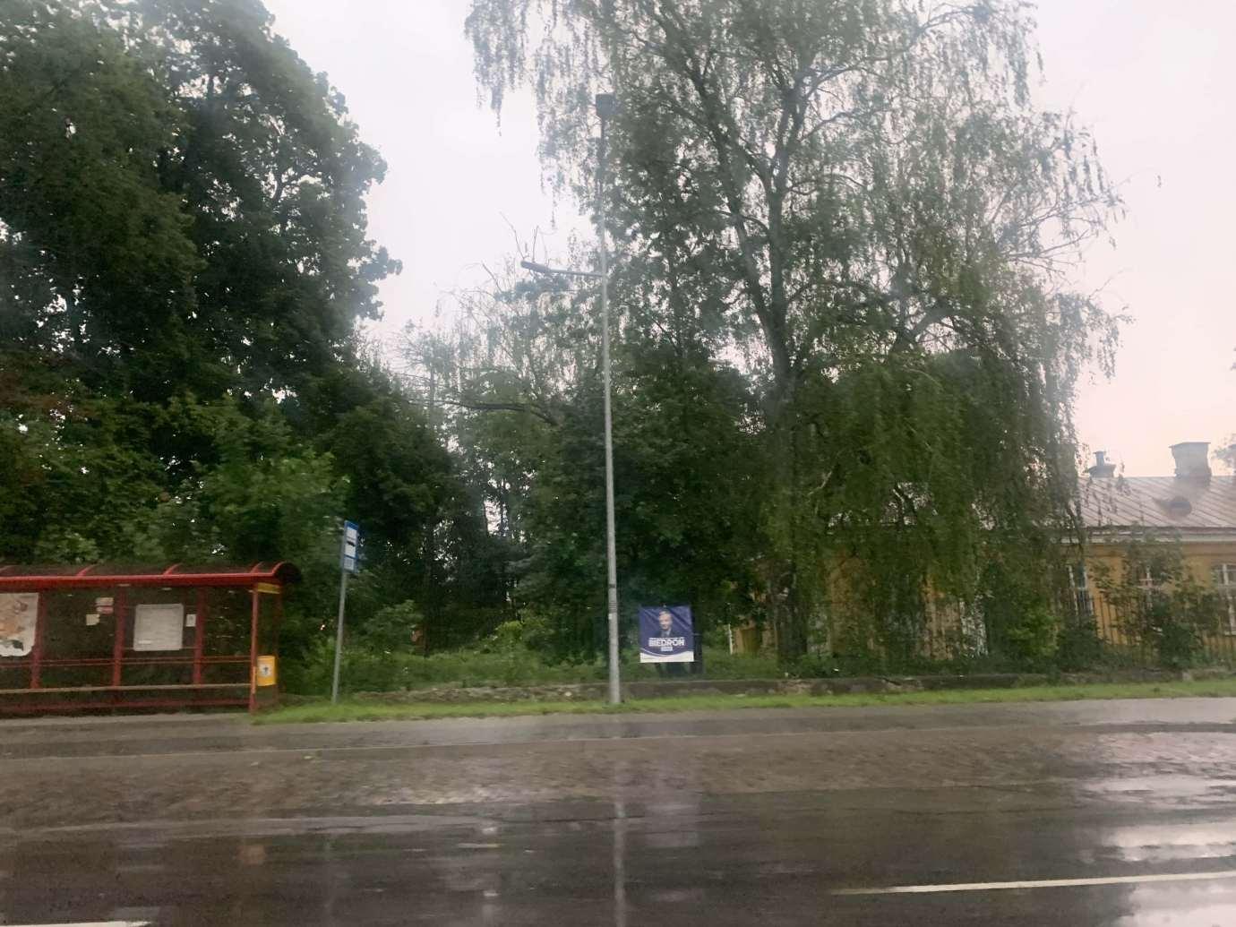 img 9533 3 uszkodzone auta na Królowej Jadwigi, powalone drzewa. Kolejne zdjęcia i FILM