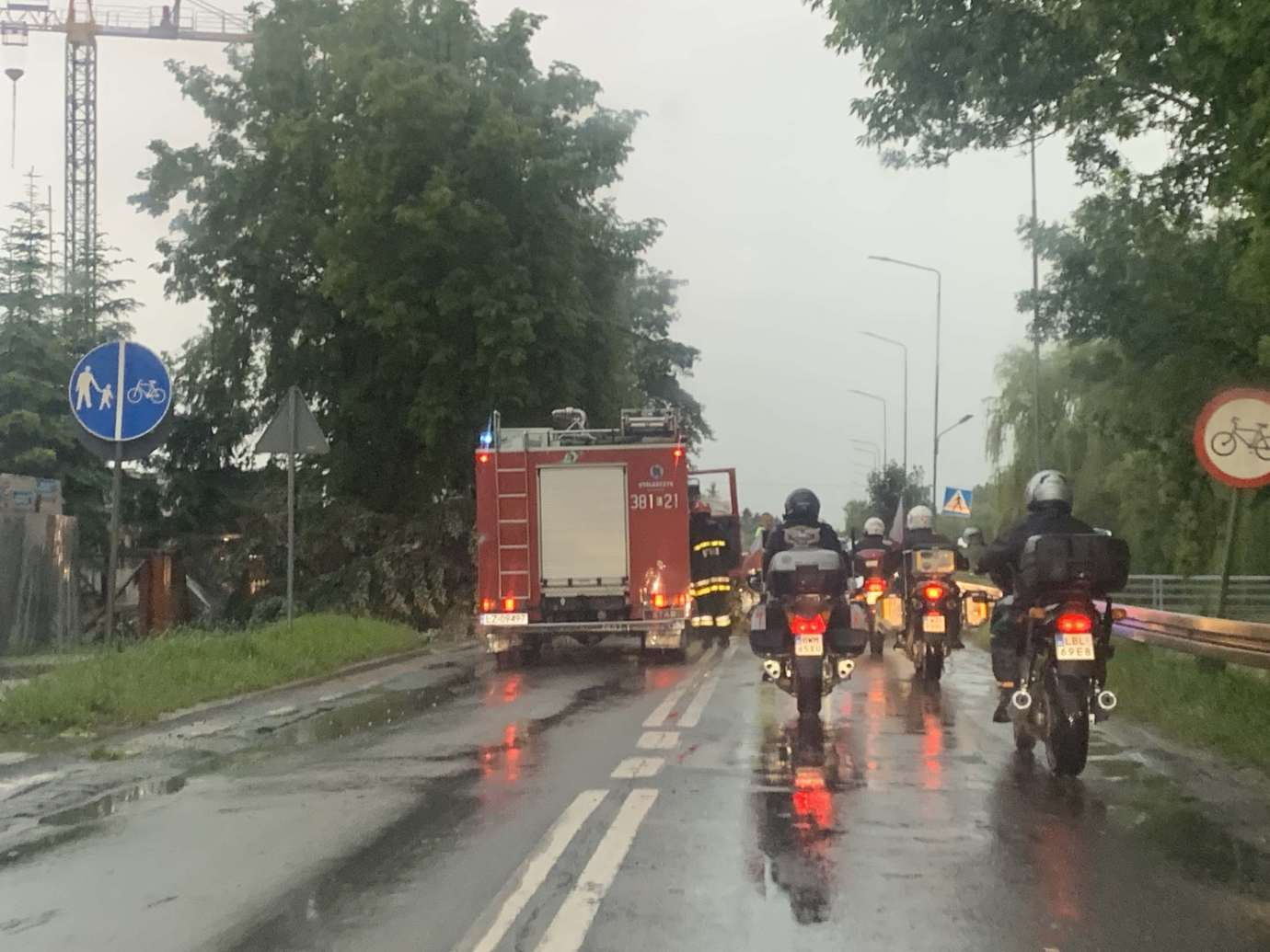 img 9538 3 uszkodzone auta na Królowej Jadwigi, powalone drzewa. Kolejne zdjęcia i FILM