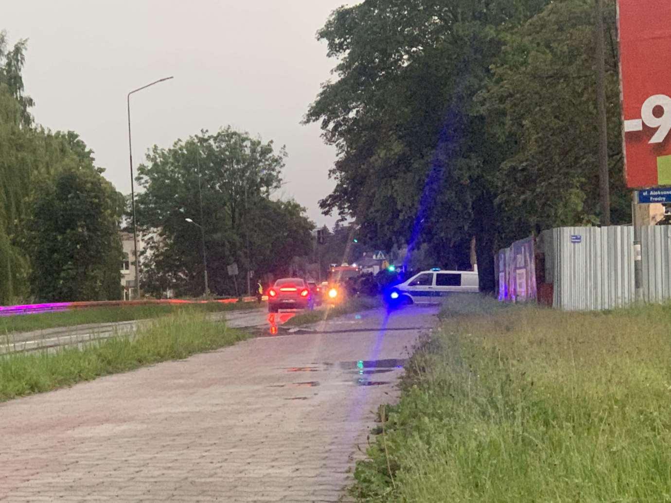 img 9539 3 uszkodzone auta na Królowej Jadwigi, powalone drzewa. Kolejne zdjęcia i FILM