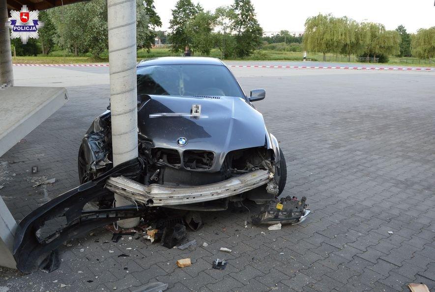 68 170554 Kierowca BMW uderzył w betonowy słup.