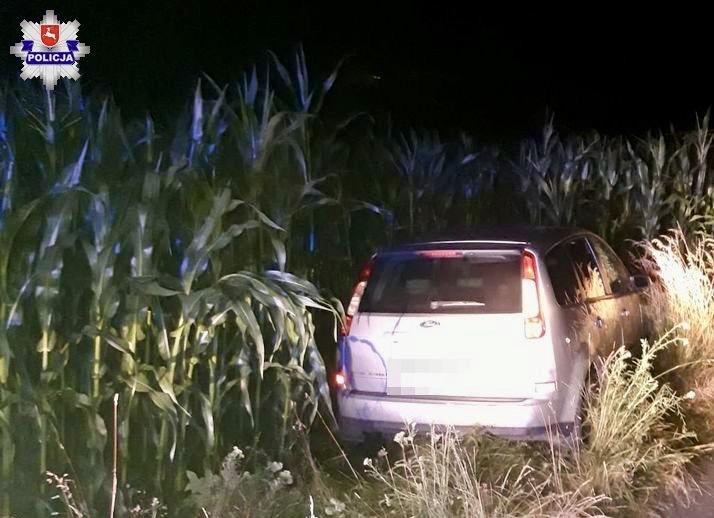 68 171492 W czasie pościgu przesiadł się na siedzenie pasażera a auto skończyło w kukurydzy.