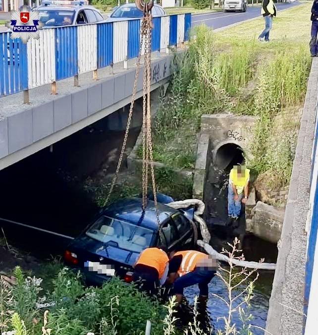 68 171638 Nie opanowali mocy BMW i wjechali do rzeki