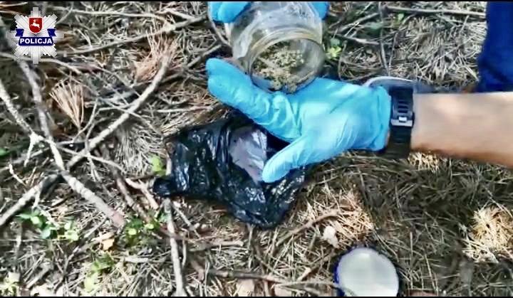 68 171748 Policjanci ujawnili marihuanę w kruszarce i w słoiku pod stertą gałęzi
