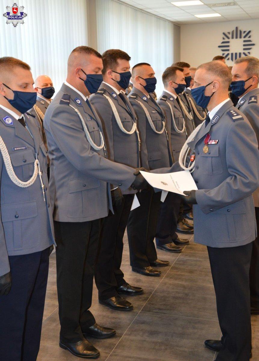 68 172024 Zamojskie obchody Święta Policji. Były awanse, podziękowania i uroczyste ślubowanie