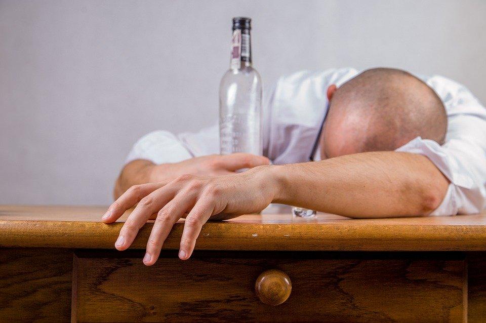 alcohol 428392 960 720 Zamość: Alkohol, 1, 5 - roczne dziecko i domowa awantura