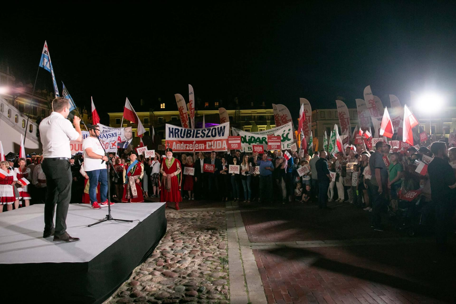 andrzej duda w zamosciu 24 Andrzej Duda prezydentem RP na drugą kadencję. PKW podała wyniki z prawie wszystkich komisji wyborczych.