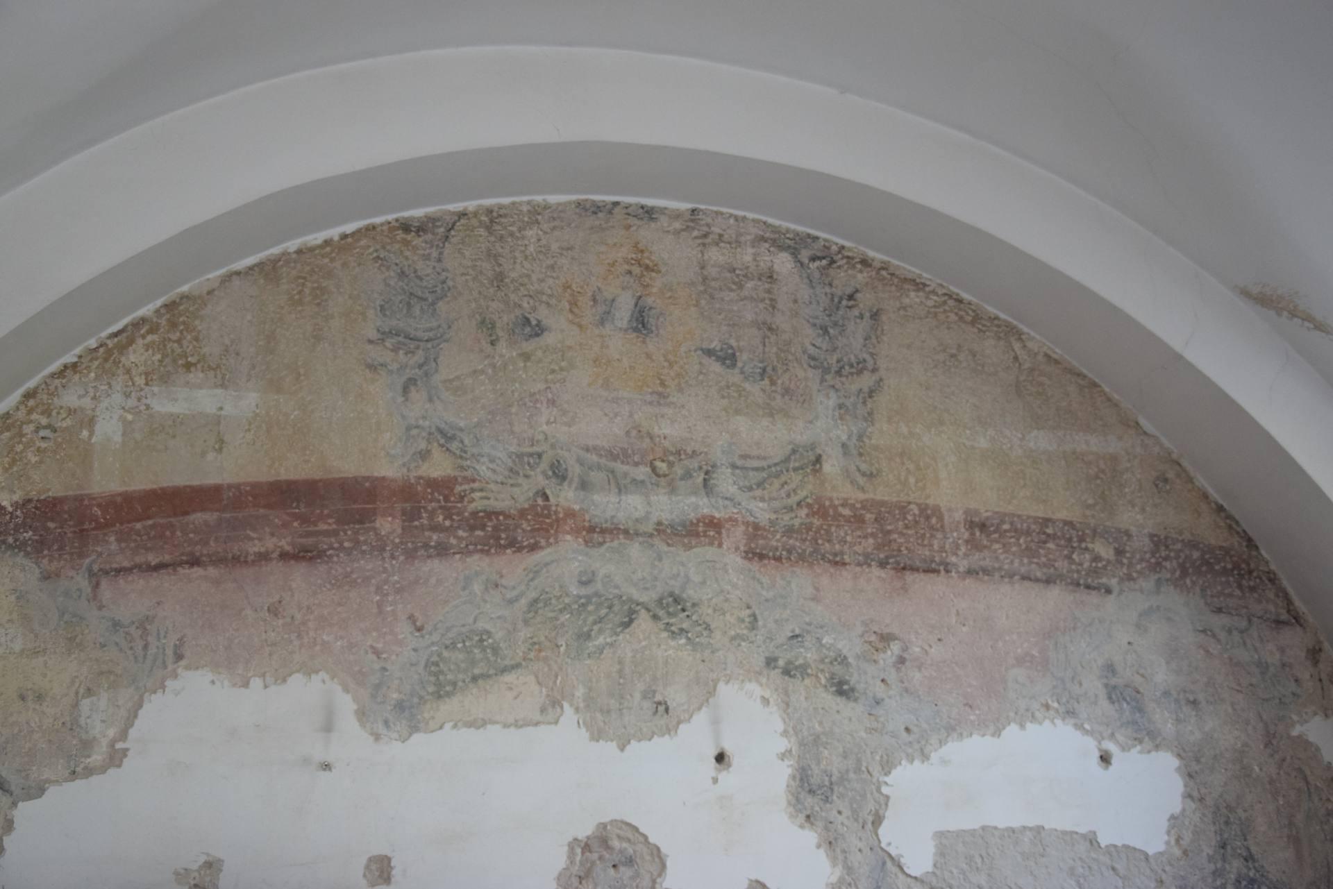 az 3 Zamość: Skarb ukryty pod tynkiem. Cenne znalezisko na ścianach remontowanej Akademii Zamojskiej [ZDJĘCIA]