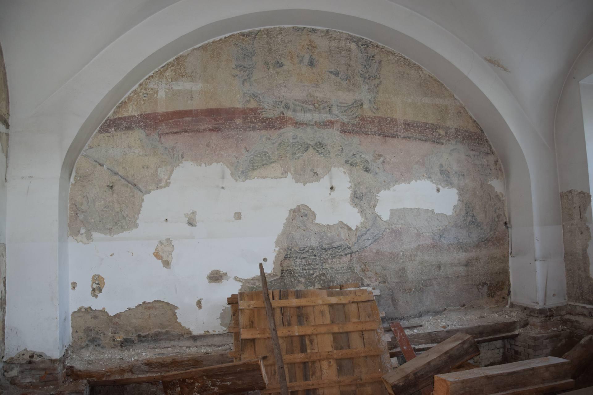 az 4 Zamość: Skarb ukryty pod tynkiem. Cenne znalezisko na ścianach remontowanej Akademii Zamojskiej [ZDJĘCIA]