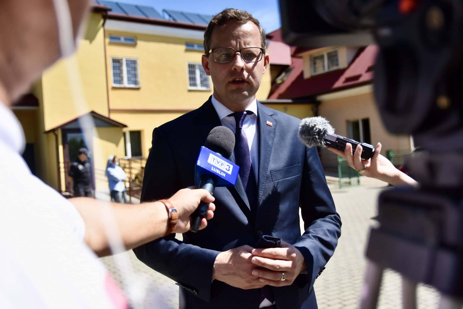 dsc 8530 Wiceminister Romanowski wziął udział w przekazaniu maseczek dla DPS-u przy ul. Żdanowskiej [ZDJĘCIA, FILM]