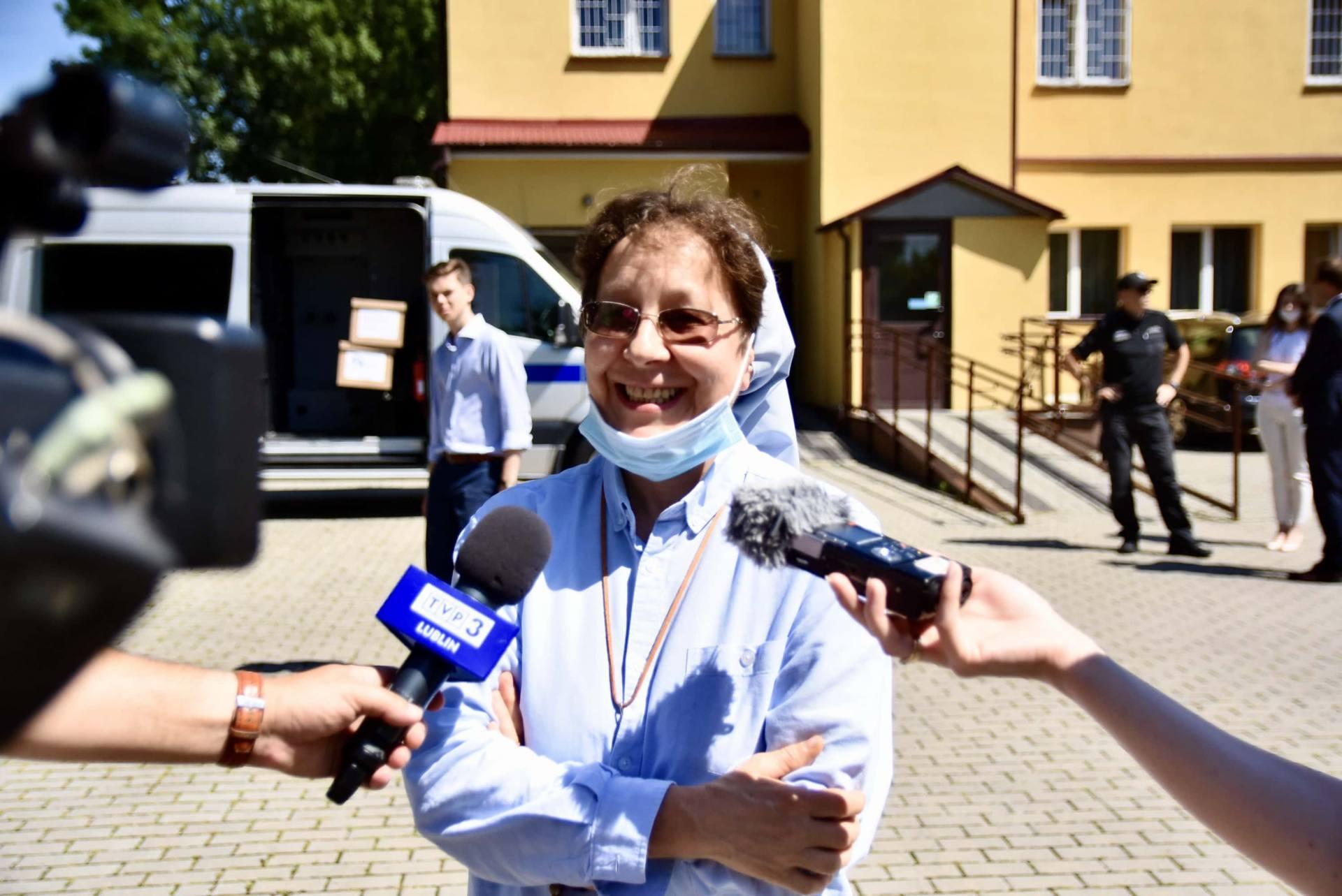 dsc 8532 Wiceminister Romanowski wziął udział w przekazaniu maseczek dla DPS-u przy ul. Żdanowskiej [ZDJĘCIA, FILM]