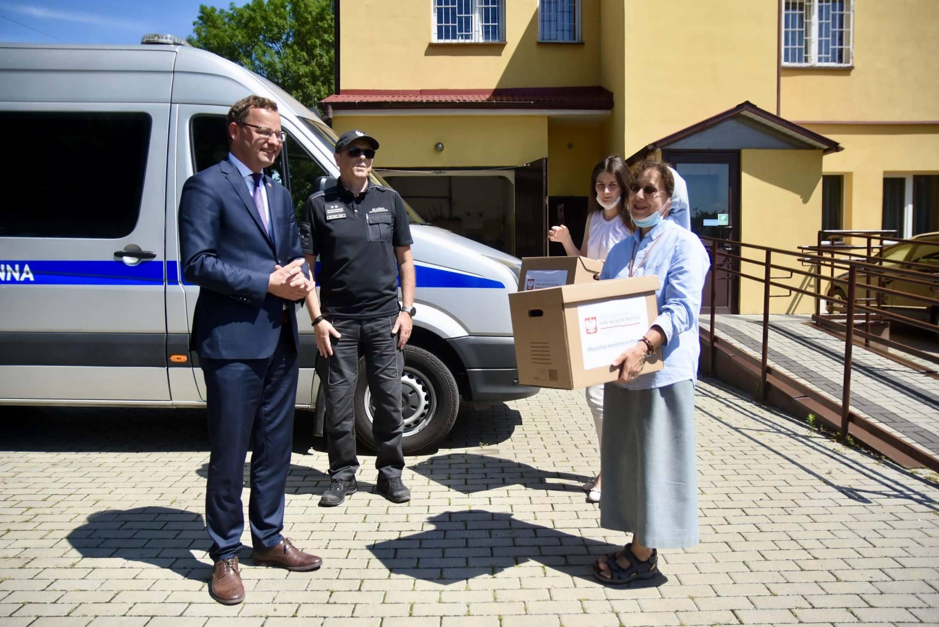 dsc 8542 Wiceminister Romanowski wziął udział w przekazaniu maseczek dla DPS-u przy ul. Żdanowskiej [ZDJĘCIA, FILM]