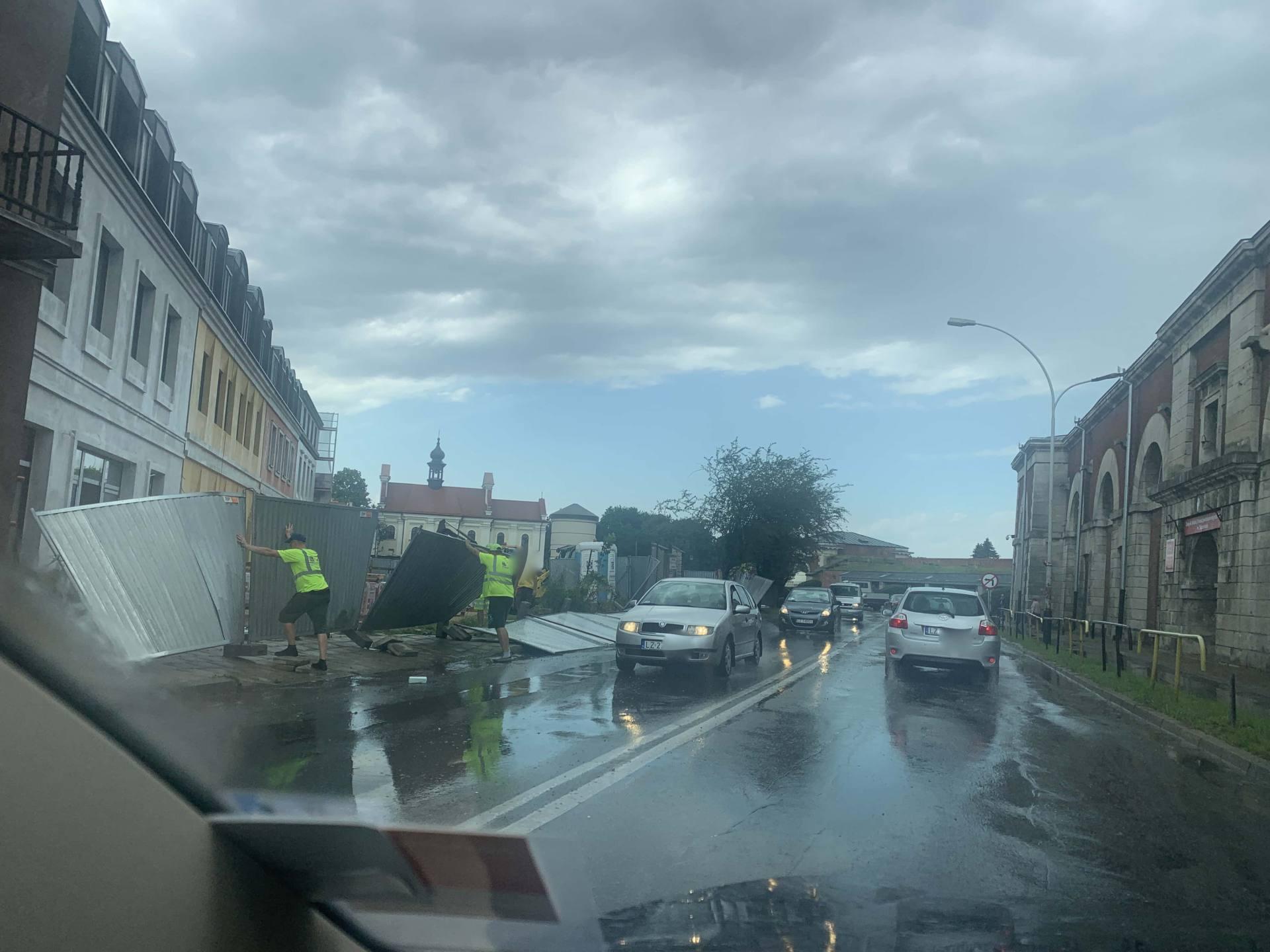 img 0936 Zerwane dachy, połamane drzewa, uszkodzone samochody. Straty po burzy, która przeszła nad Zamojszczyzną