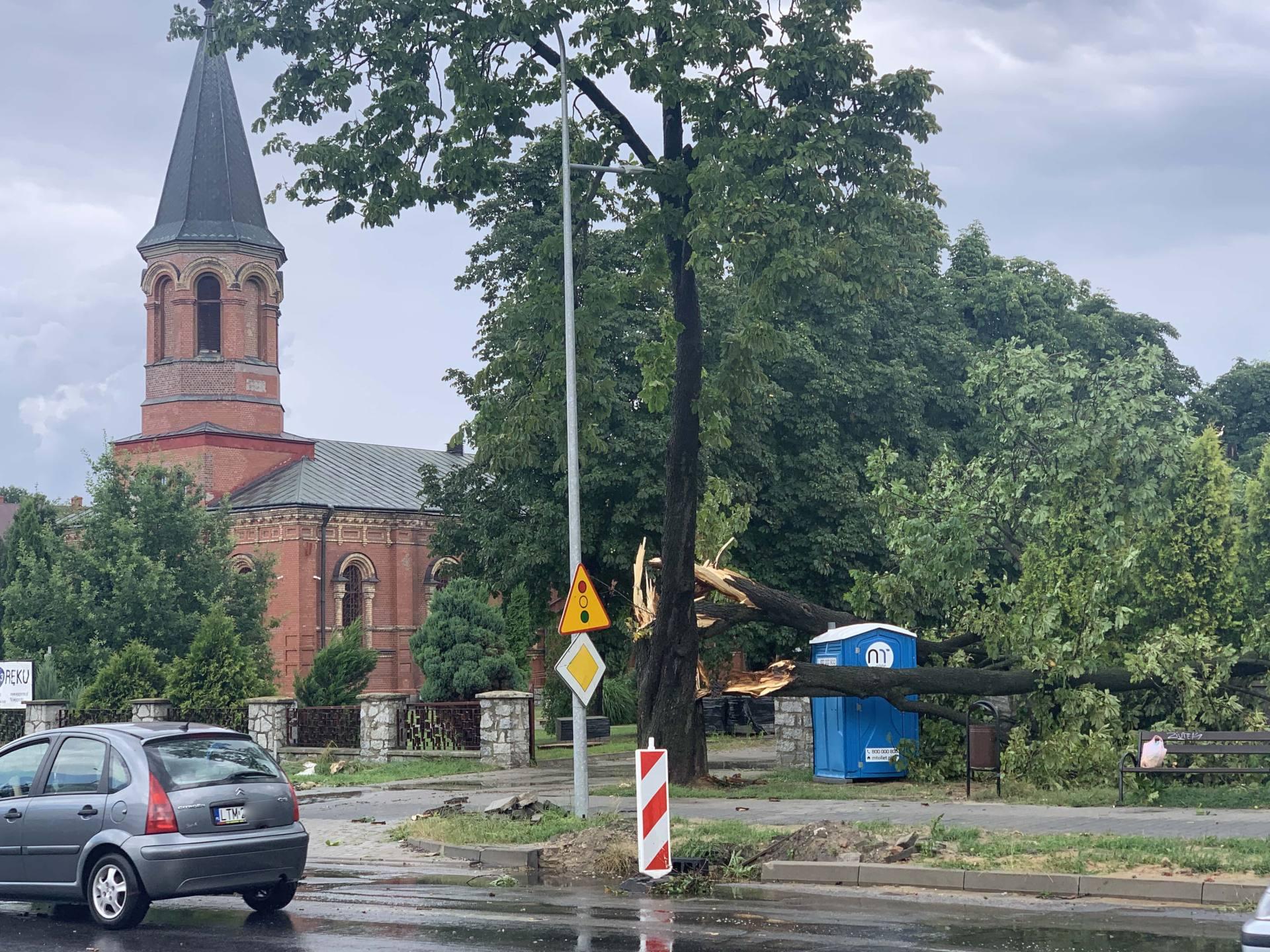 img 0956 Zerwane dachy, połamane drzewa, uszkodzone samochody. Straty po burzy, która przeszła nad Zamojszczyzną