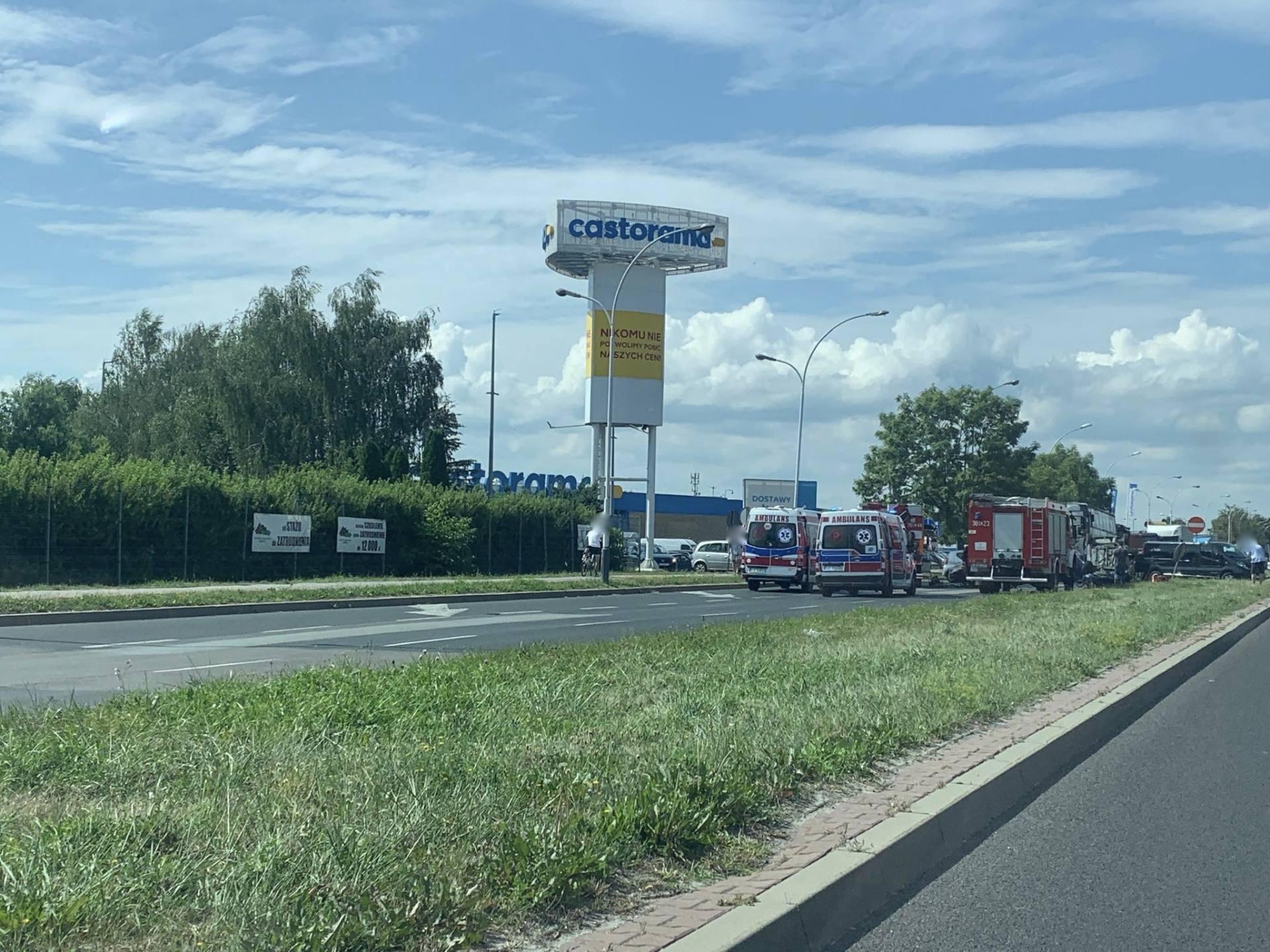 117966641 342000273594656 67508272369295695 n UWAGA kierowcy! Poważny wypadek przy Castoramie. Samochód dachował, droga jest zablokowana.
