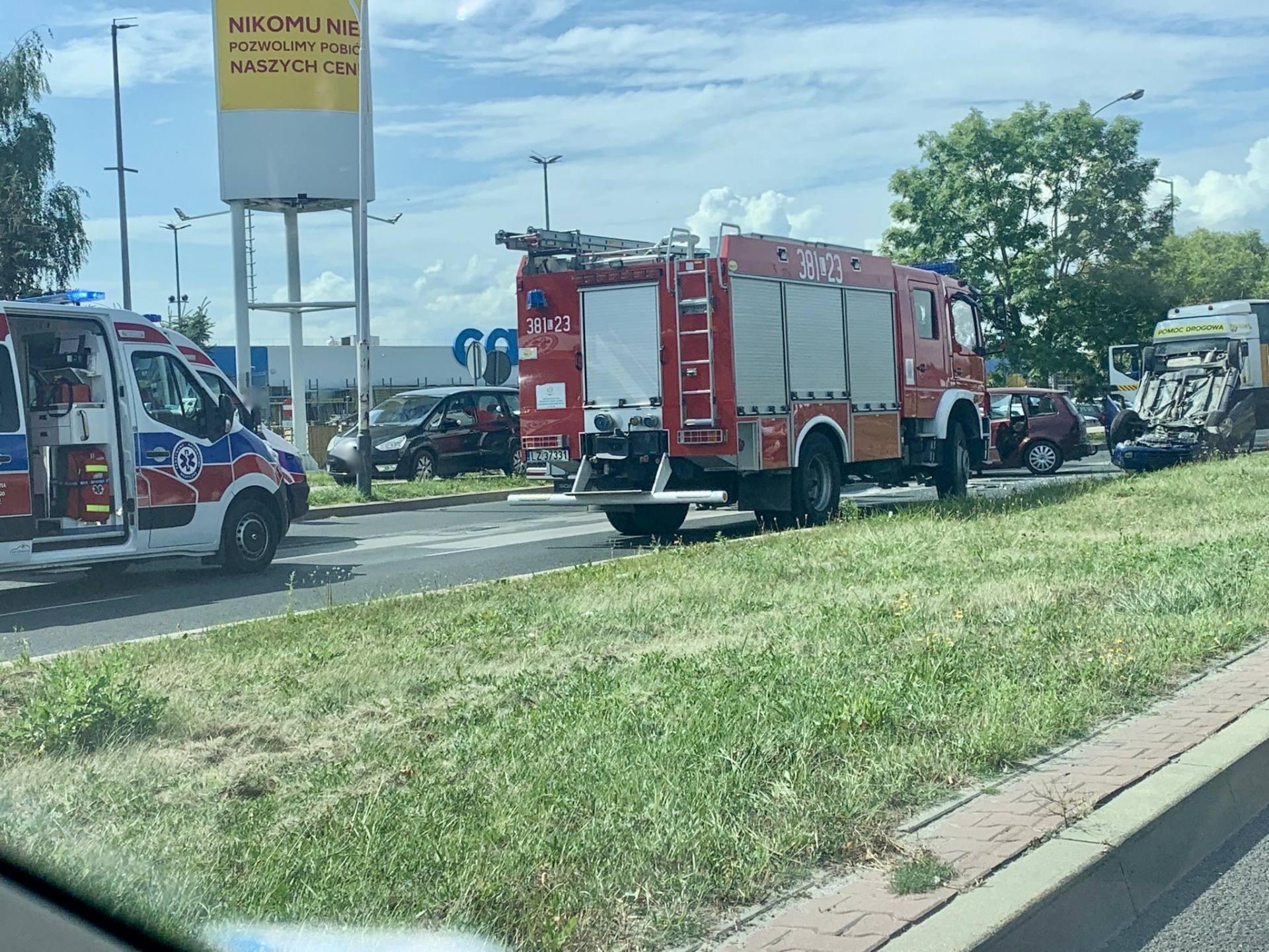 117971038 1185935138439121 8286283840650309763 n UWAGA kierowcy! Poważny wypadek przy Castoramie. Samochód dachował, droga jest zablokowana.