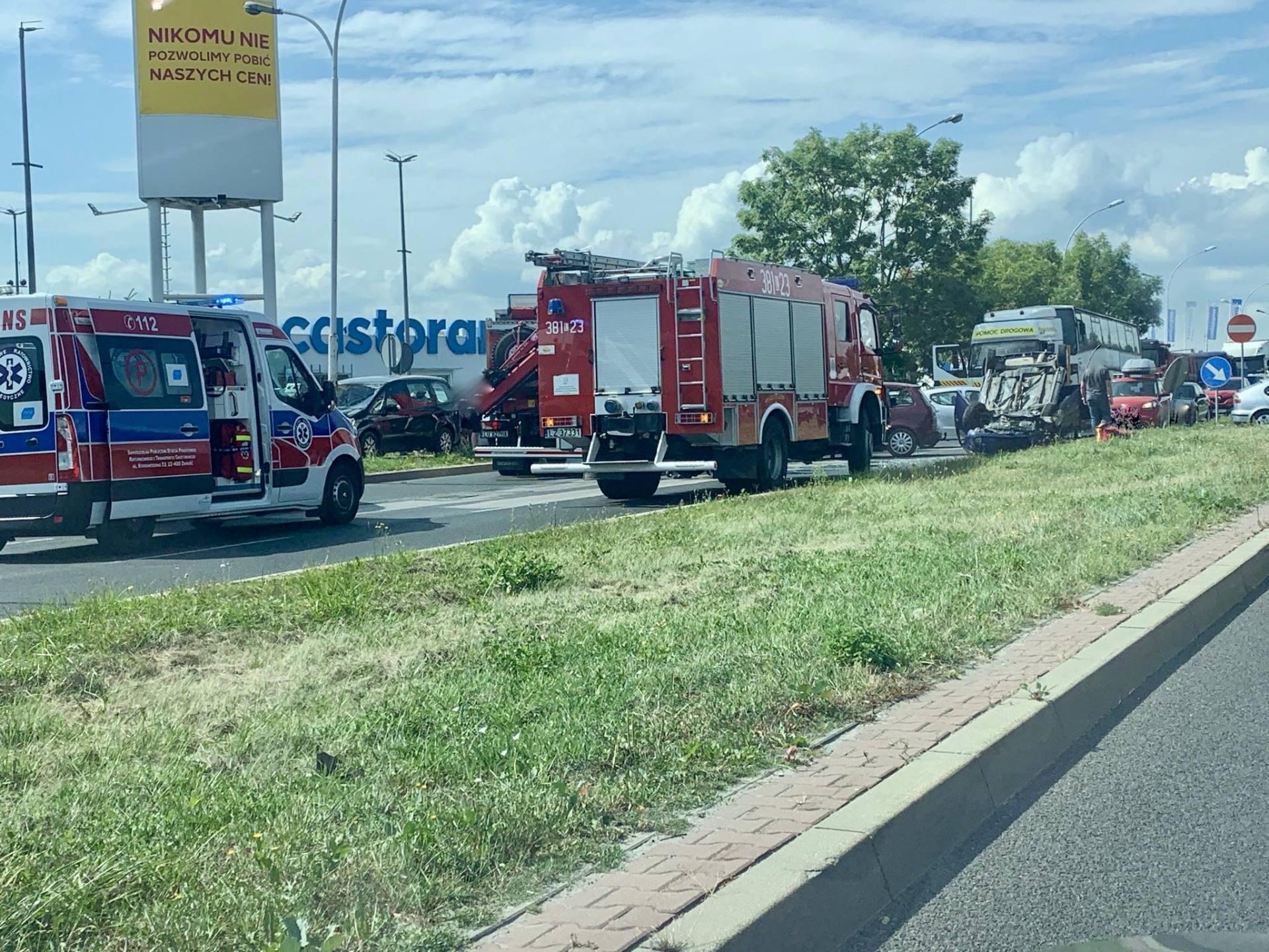 118065139 1687887101370022 7850845355075085994 n UWAGA kierowcy! Poważny wypadek przy Castoramie. Samochód dachował, droga jest zablokowana.