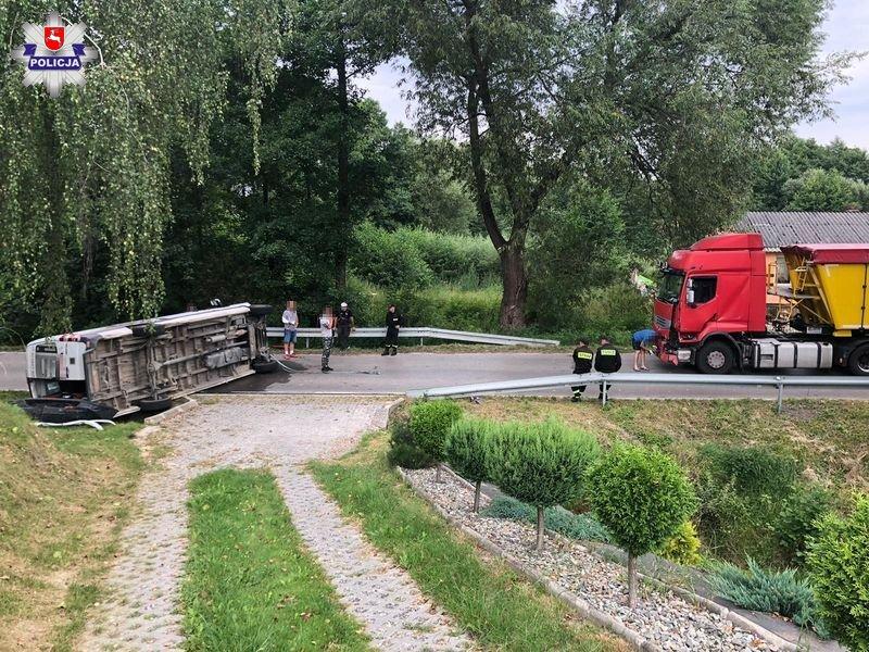 68 172638 19 - letni kierowca przewrócił busa. W leżący pojazd uderzył TIR