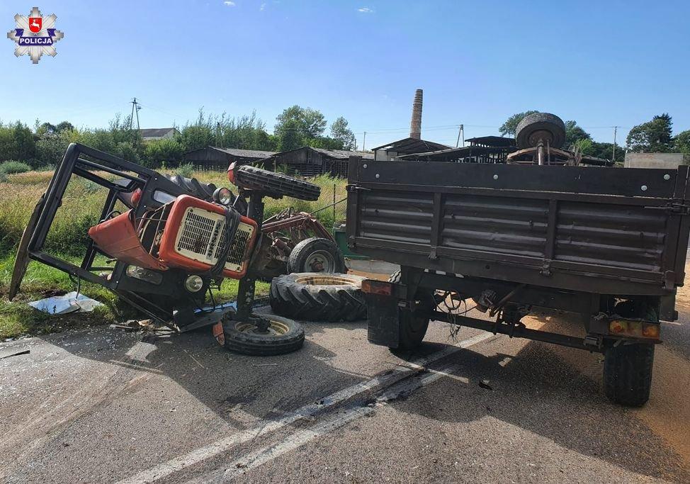 68 173682 Przewrócony ciągnik ze zbożem przygniótł kierowcę i pasażera