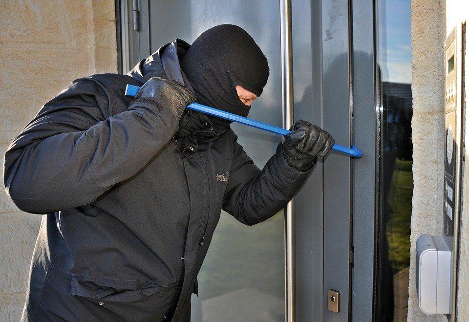 burglar 3718381 960 720 Włamanie do myjni samochodowej. Policja ustaliła sprawcę