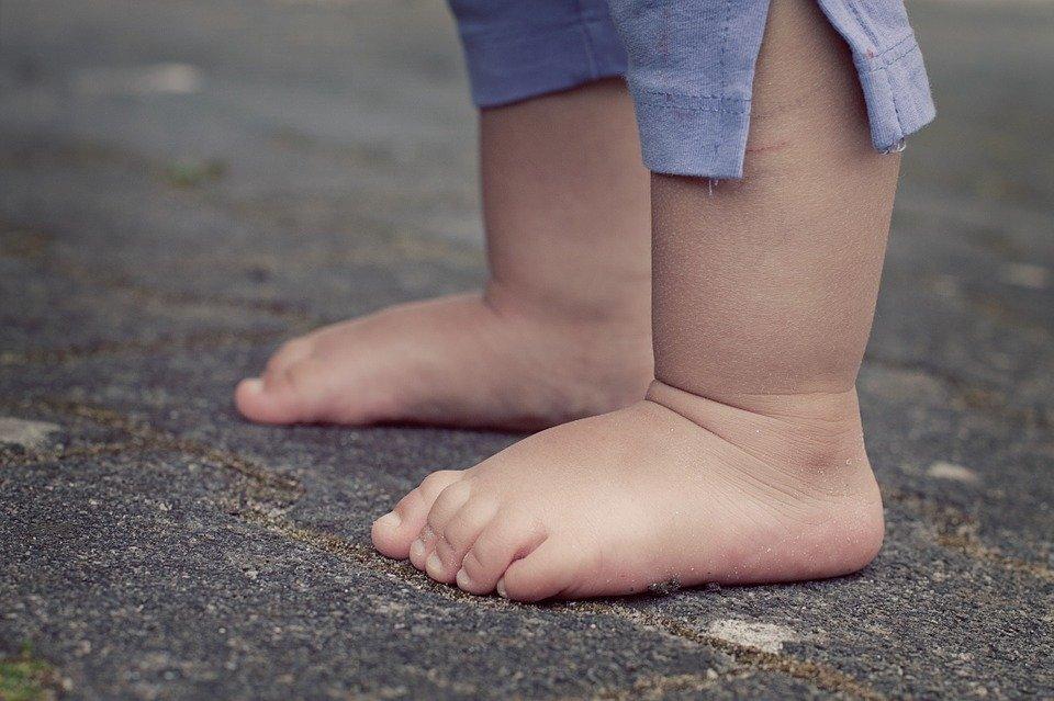 feet 619399 960 720 Zamość: 16 - miesięczne dziecko pod opieką pijanych rodziców.