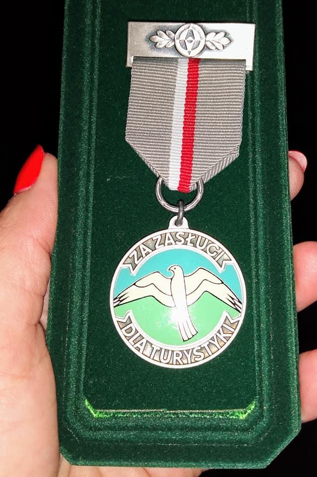 120533690 1727916857374920 4302270955904588103 n Zamościanka uhonorowana medalem za zasługi dla turystyki.