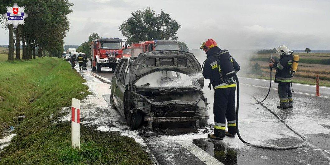 68 174242 Renault stanęło w płomieniach podczas jazdy (zdjęcia)