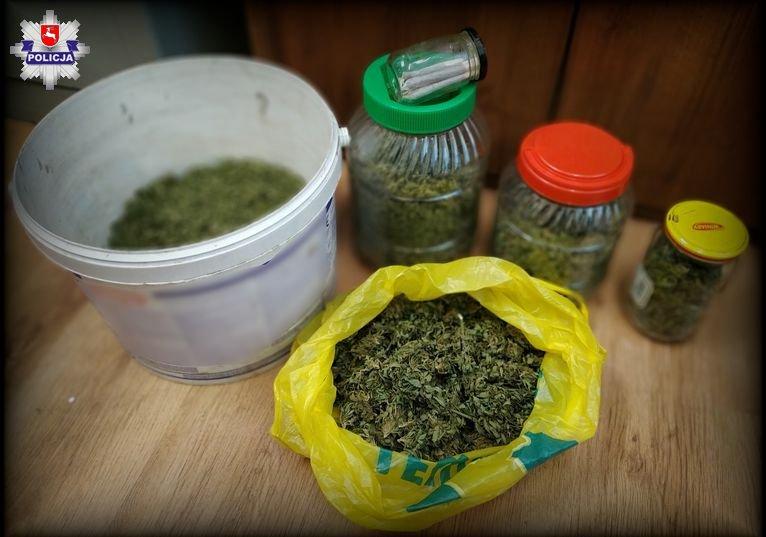 68 174346 Ponad 800 gram marihuany w domu 42- latka