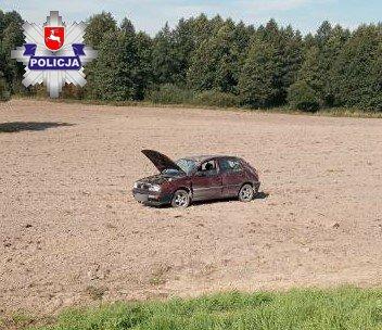 68 174717 Dwie pijane kobiety dachowały volkswagenem na polu