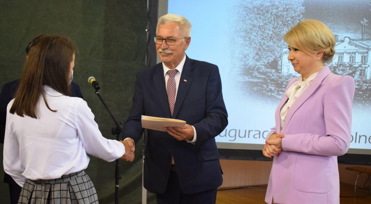 975b Powiatowa inauguracja roku szkolnego 2020/2021. Starosta wręczył stypendia najlepszym uczniom