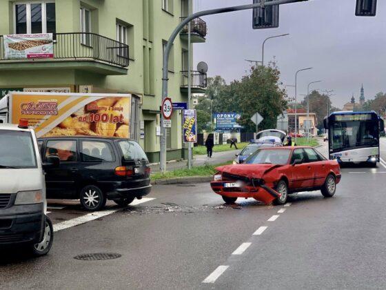 120722119 345445136674453 116090750648624614 n Z ostatniej chwili! Zderzenie dwóch aut w centrum miasta. Utrudniania dla kierowców.