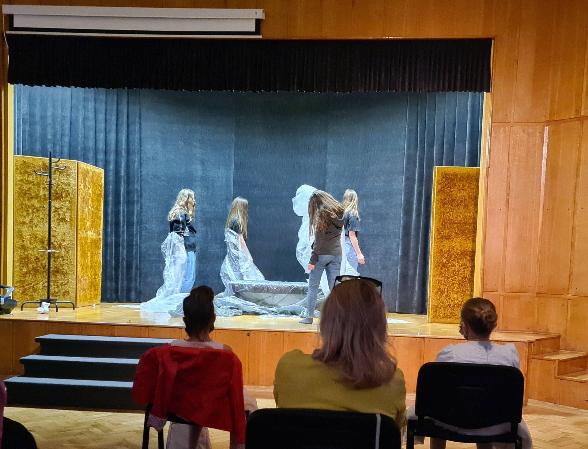 20201020 104143 Zamojskie Premiery Teatralne. Młodzi aktorzy pokazali swoje umiejętności [FOTORELACJA]